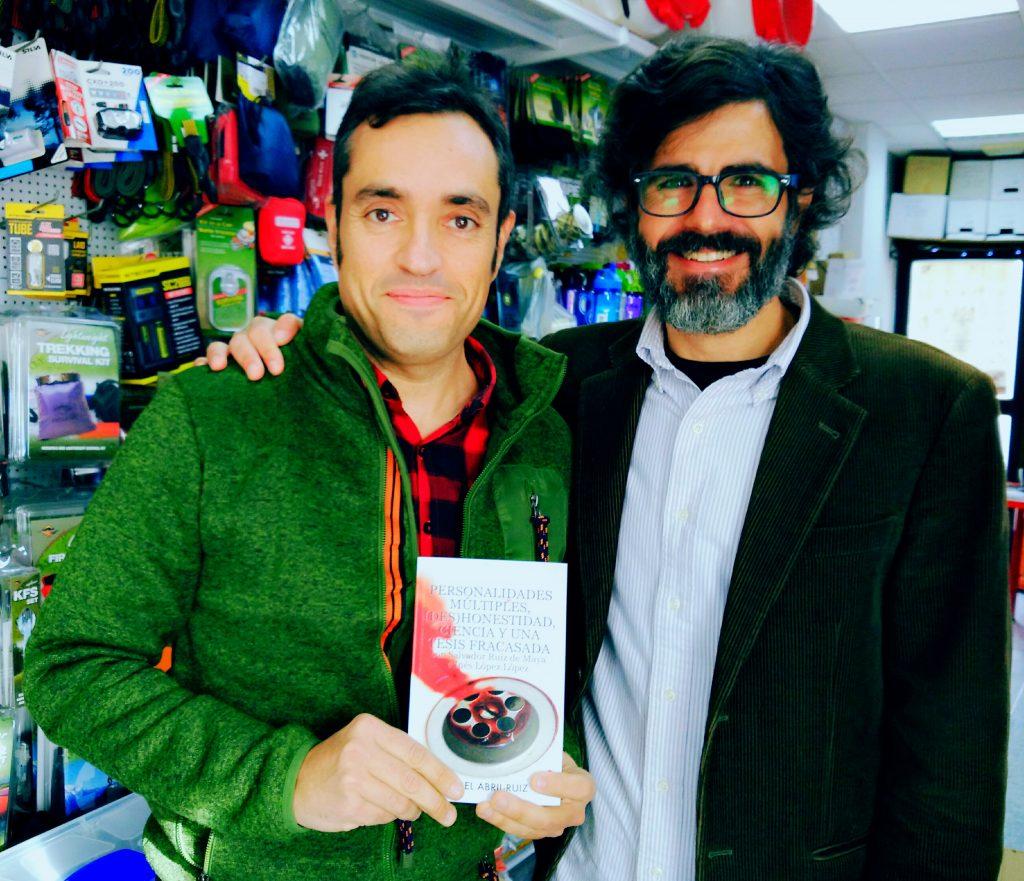 Firmando y dedicando el libro al gran Jorge de ferrehogar.es (la gran tienda del Outdoor! :) )
